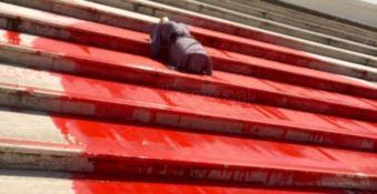 Manichino di donna e vernice rossa sulle scale del Consiglio regionale