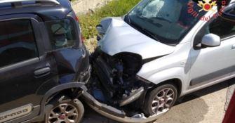 Perde il controllo dell'auto e si schianta contro due vetture: ferito