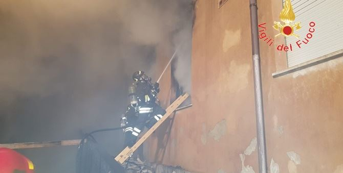 Vigili del fuoco in azione nella scuola di Catanzaro dove è scoppiato l'incendio