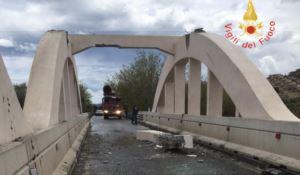 Camion impatta contro trave di un ponte, danni e traffico in tilt