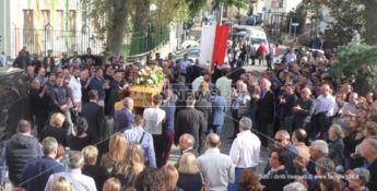 San Lucido, una folla commossa per l'ultimo saluto al sindaco Bruno