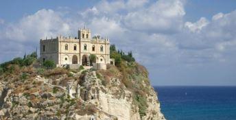 """Una """"patente di immunità"""" per salvare la stagione estiva e il turismo in Calabria"""