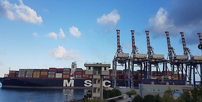 La mega nave nel Porto di Gioia Tauro