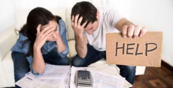 Due persone indebitate