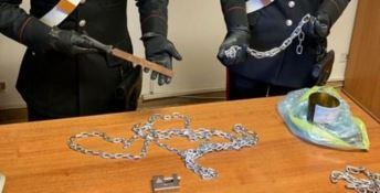 Le catene sequestrate dai carabinieri