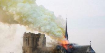 Parigi, in fiamme la cattedrale di Notre Dame: crolla la guglia