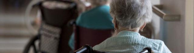Anziani derisi, picchiati e minacciati nella casa di riposo di Settingiano: arrestati sanitari