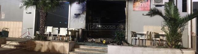 Il bar devastato dall'esplosione