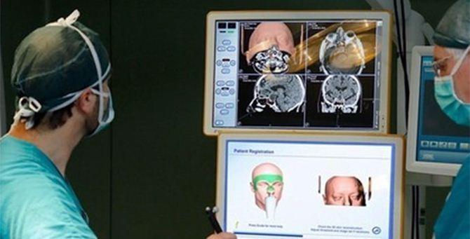Un medico opera al neuronavigatore