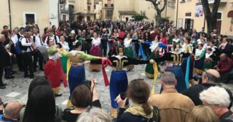 """La comunità arbereshe in festa, a Civita in scena le """"Vallje"""""""