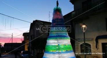 Ad Aiello Calabro l'albero di Natale realizzato con 4mila bottiglie di plastica