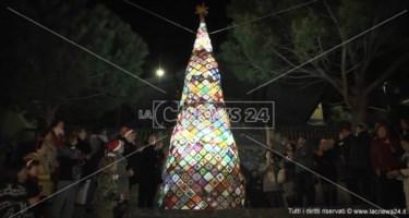 Pentone, l'albero di Natale dei record con l'arte dell'uncinetto