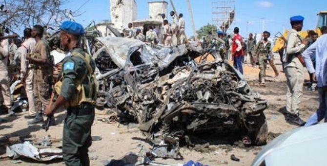 Detriti e lamiere dopo l'esplosione a Mogadiscio - Foto Ansa/Epa