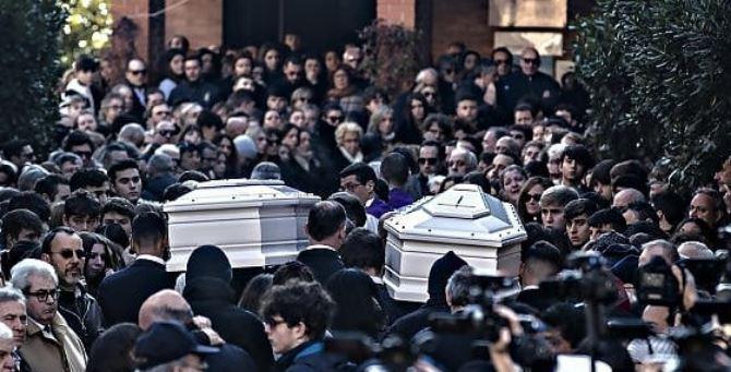 I funerali di Gaia e Camilla (foto agf)