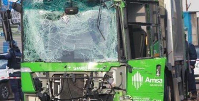 Il camion dei rifiuti Amsa coinvolto nello scontro a Milano
