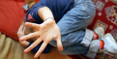 Bimbo di 9 anni tenta di buttarsi dalla finestra della scuola: salvato dai maestri
