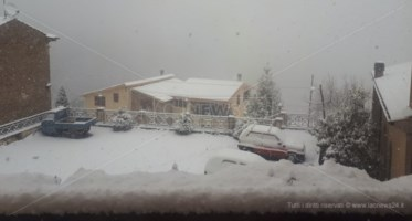 Lo spettacolo della neve in Calabria, fiocchi a bassa quota anche a Cosenza