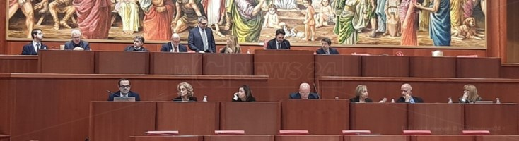 Gli scranni della presidenza nella seduta di oggi