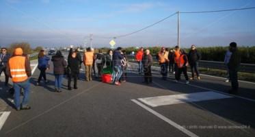 Protesta sulla statale 106
