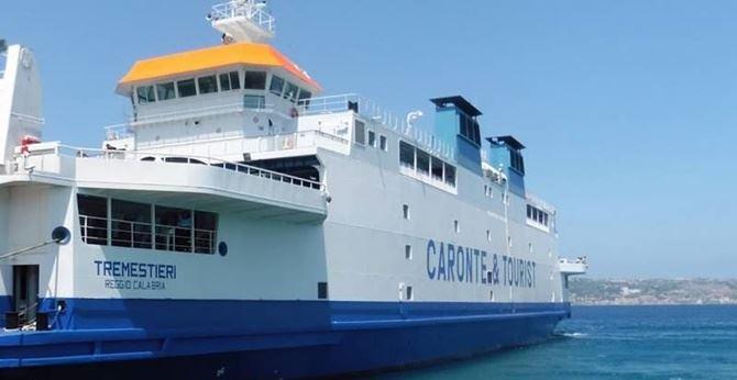 Una nave della Caronte e Tourist