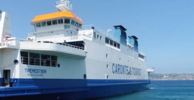 Un traghetto della Caronte e tourist, foto di repertorio