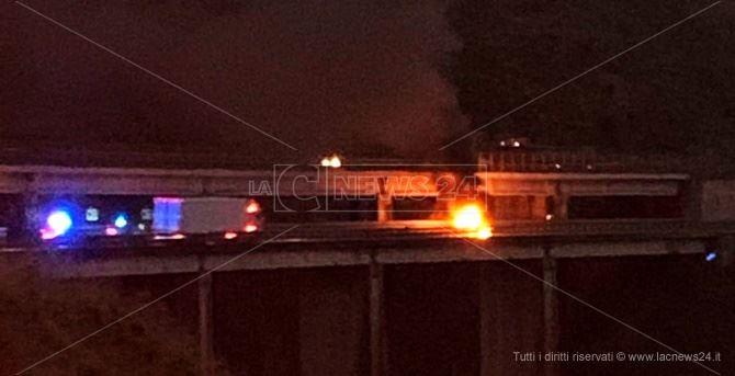 Auto in fiamme sull'A2