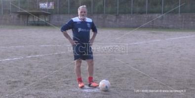 Angelo Ricca nel campo sportivo di Maierà