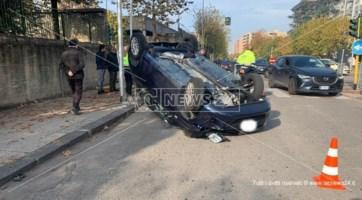 Rocambolesco incidente a Cosenza, auto si ribalta dopo lo scontro