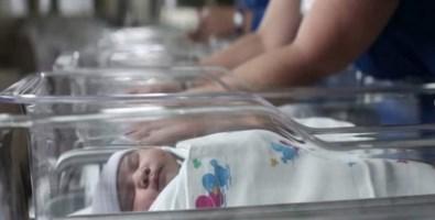 """Punto nascita chiuso a Cetraro, la protesta dei """"pancioni"""": a centinaia in piazza"""
