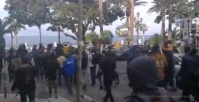 Migranti occupano il lungomare, momenti di tensione  a Reggio