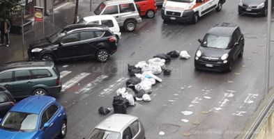 Protestano i commercianti di Cosenza, rifiuti gettati in strada