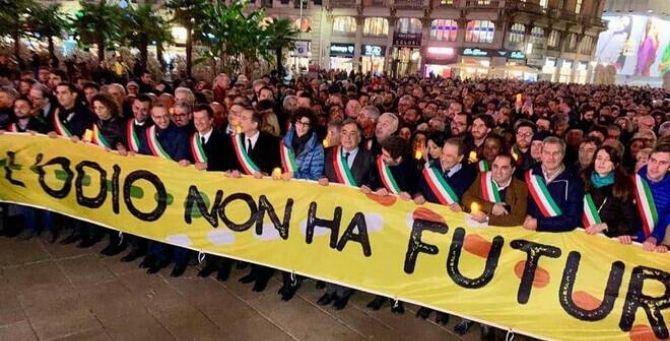 Il corteo dei 600 sindaci a Milano per sostenere Liliana Segre