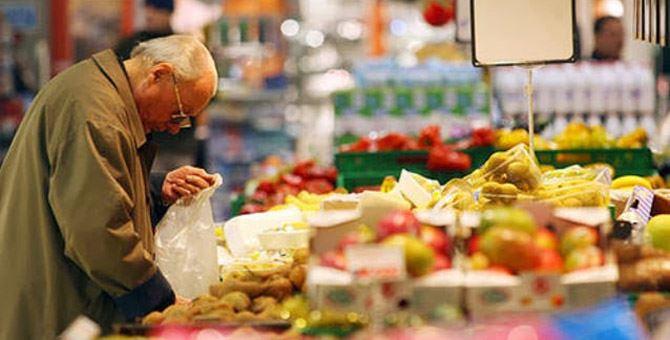 Anziano a fare la spesa