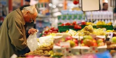 È povero e anziano: ruba il cibo al supermercato, i carabinieri pagano il conto