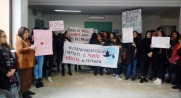 Protesta delle mamme all'ospedale di Cetraro