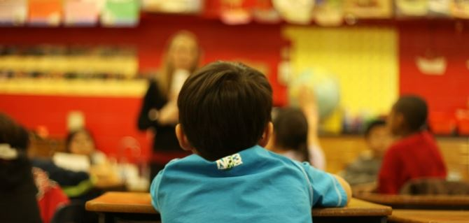Un bambino a scuola