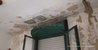 Catanzaro, piove nelle case popolari di viale Isonzo: «Aterp sorda alle segnalazioni»