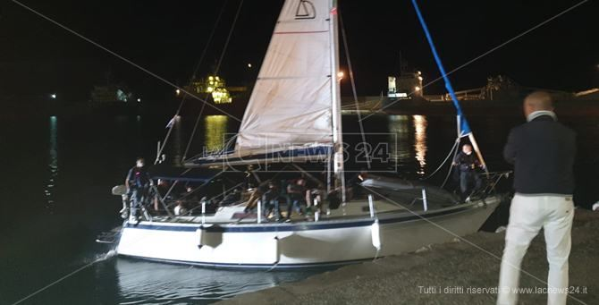 La barca a vela arrivata a Crotone