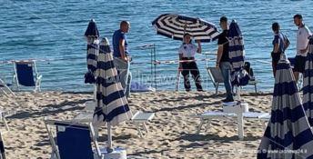 Le forze dell'ordine sulla spiaggia del ritrovamento