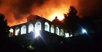 Le fiamme lambiscono il Santuario della Madonna