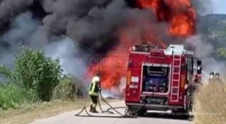 Camion divorato dalle fiamme sulla strada provinciale per Spilinga