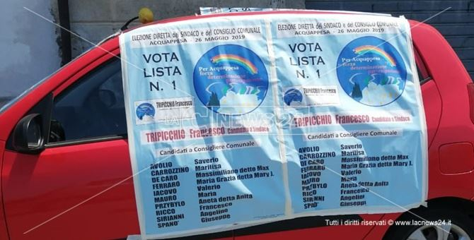 L'auto del professore Pasquale Mollo tappezzata dai manifesti elettorali