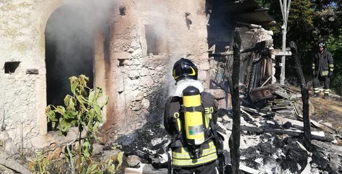 Un vigile del fuoco in azione