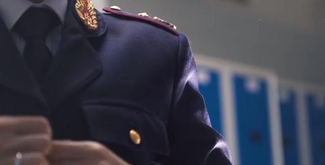 Un poliziotto in divisa