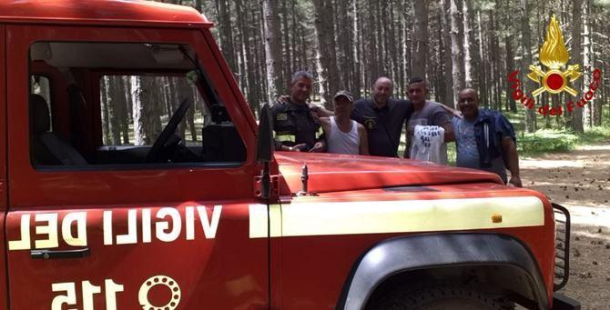 I vigili del fuoco e le persone soccorse