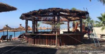 Caulonia Marina, in fiamme un lido sul lungomare: avviate le indagini
