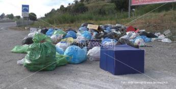 Cumulo di rifiuti, due giorni fa, in un'area di sosta a Belvedere Marittimo