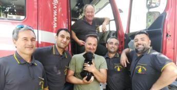 L'ambientalista Carmine Dito tra i vigili del fuoco di Scalea che hanno effettuato l'intervento di salvataggio