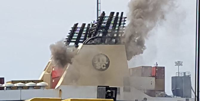 Fumo dalla nave coinvolta