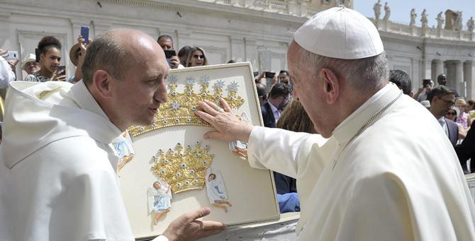 Papa Francesco benedice i diademi